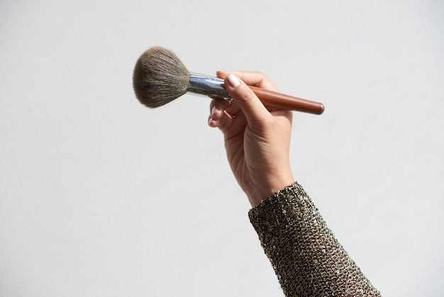 Maquilladora con brocha para polvos Foto gratis