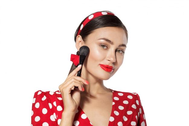 Maquillaje. cerrar retrato en la cabeza de mujer joven de estilo retro pinup Foto Premium
