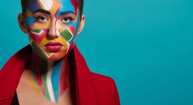 Maquillaje colorido de moda en la cara modelo Foto Premium