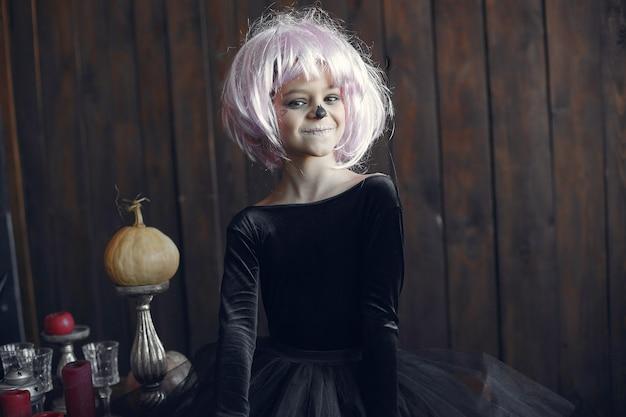 Maquillaje y disfraz de halloween de niña sugar skull. fiesta de halloween. dia de los muertos. Foto gratis