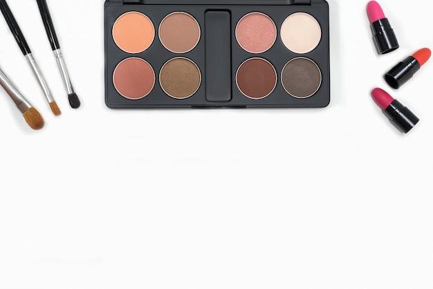 Imagenes De Maquillaje Para Descargar: Maquillaje Paleta De Cosméticos Y Pinceles Sobre Fondo