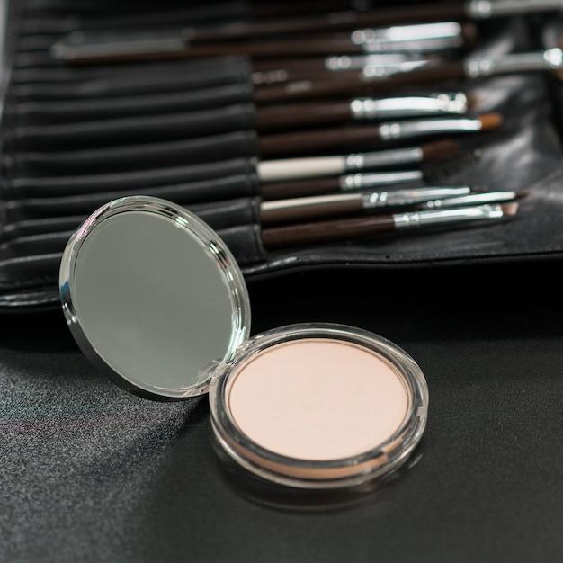 Maquillaje en polvo con juego de pinceles. Foto gratis