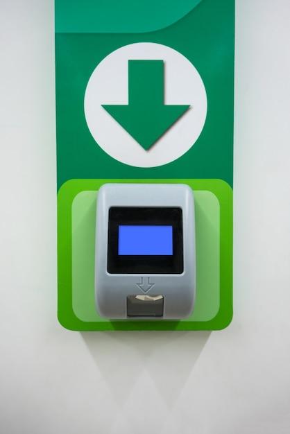 Máquina de escáner de precio de código de barras instalada en la pared para el autoservicio de la tienda. Foto Premium
