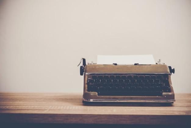 Máquina de escribir de la vendimia en la mesa de madera. Foto gratis