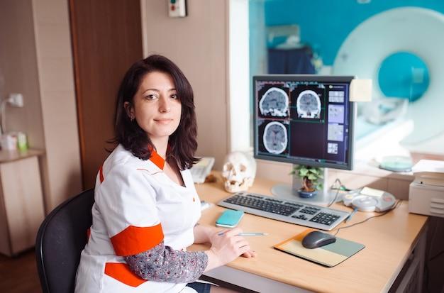 Máquina de resonancia magnética y pantallas con médico y enfermera Foto Premium
