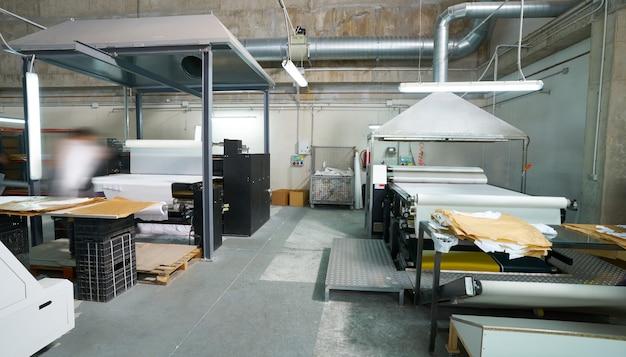 Máquina de transferencia de calandria para estampado textil de moda. Foto Premium
