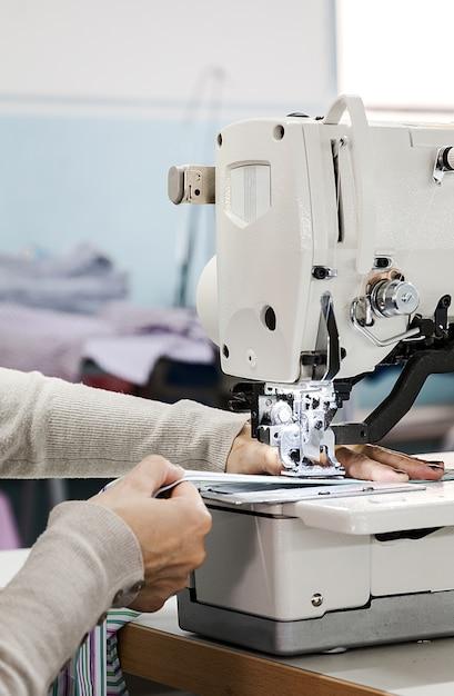 Máquinas de coser industriales con operador de máquina de coser ...