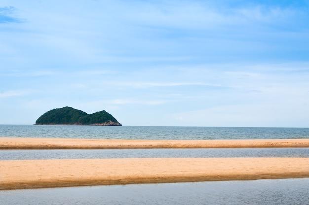 Mar y arena en el paisaje de la naturaleza samila-songkhla tailandia, para el fondo Foto Premium
