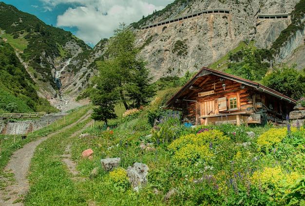 Una maravillosa cabaña de ensueño en las montañas. Foto gratis