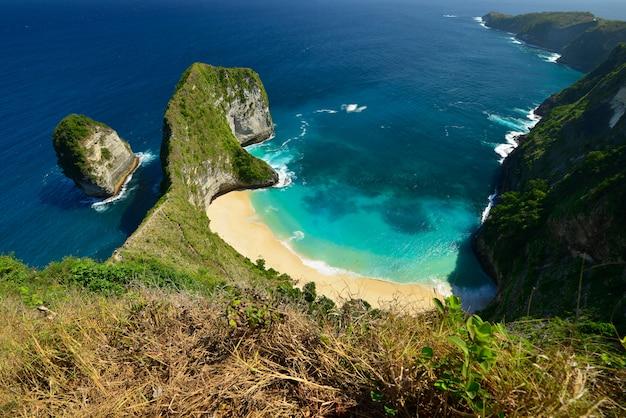 Maravillosa costa vista aérea de la playa ubicada en nusa penida, indonesia. Foto Premium