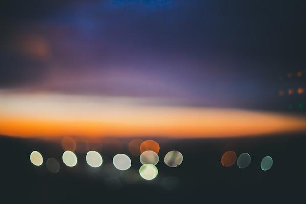 Maravilloso amanecer tranquilo atmosférico sobre la ciudad. Foto Premium