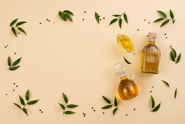 Marco de aceite de oliva y hojas con espacio de copia Foto gratis