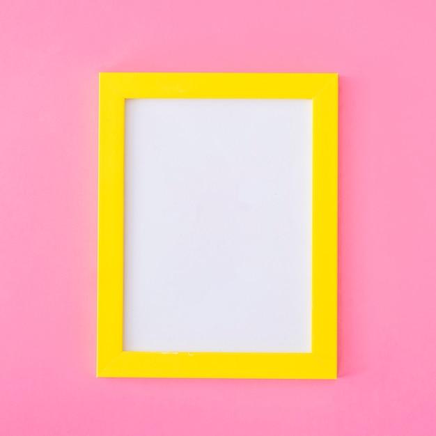 Marco amarillo en rosa Foto gratis
