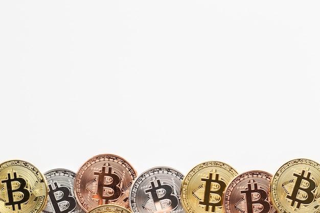 Marco de bitcoin en varios colores Foto gratis