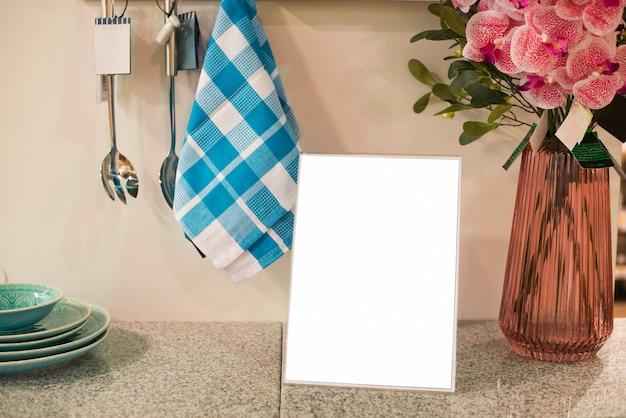 Marco en blanco en la cocina. Foto gratis