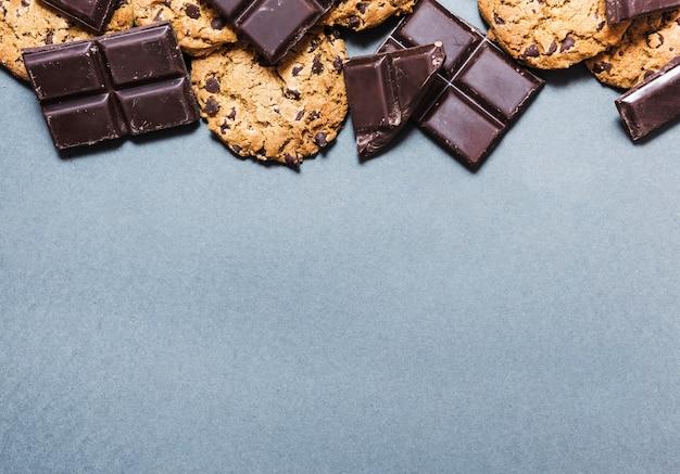 Marco de chocolate vista superior con galletas Foto gratis