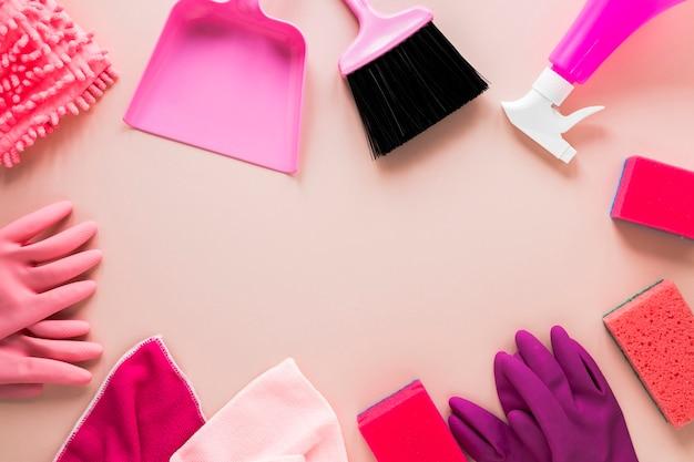 Marco circular plano con guantes y esponjas. Foto gratis