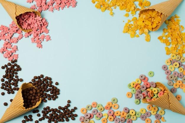 Marco circular de vista superior con conos de helado y espacio de copia Foto gratis