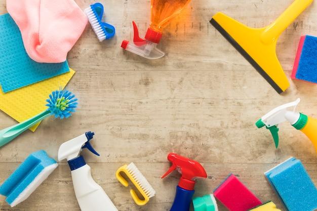 Marco circular de vista superior con productos de limpieza Foto gratis