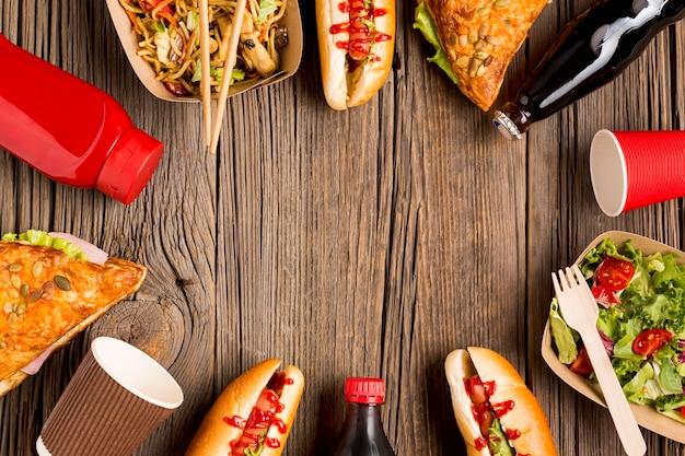 Marco de comida callejera sobre fondo de madera Foto gratis