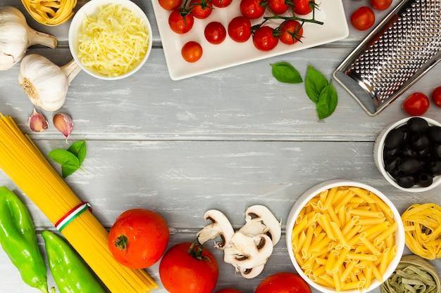 Marco de comida con pasta y tomates Foto gratis