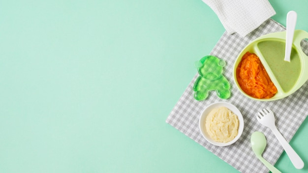 Marco de comida plana en fondo verde Foto Premium