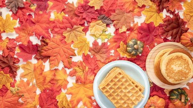 Marco de comida vista superior sobre fondo de hojas Foto gratis