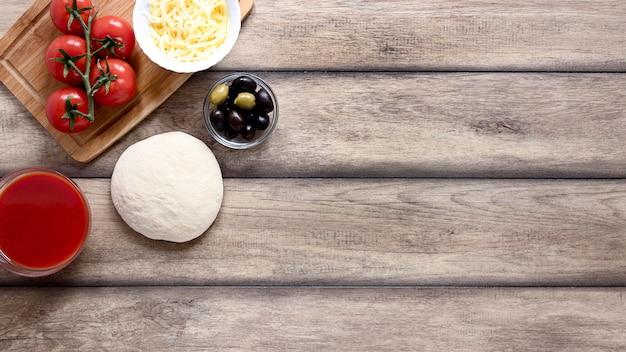 Marco de comida vista superior sobre fondo de madera Foto gratis