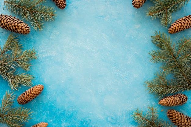 Marco corona de conos y agujas de pino Foto gratis