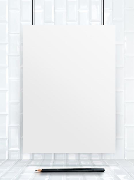 Marco de cartel colgante de papel en la pared y el piso de baldosas ...
