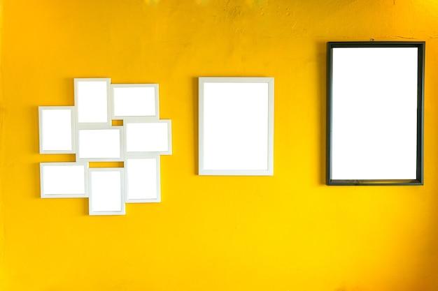 Marco de fotos en blanco en la pared amarilla de la vendimia ...