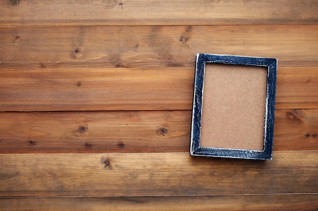 Marco de madera negro en blanco sobre fondo de madera vintage ...