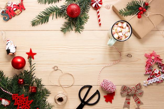 Marco de decoraciones navideñas con espacio de copia Foto gratis