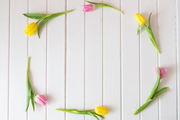 Marco Decorativo Hecho De Tulipanes Amarillos Y Rosas Descargar