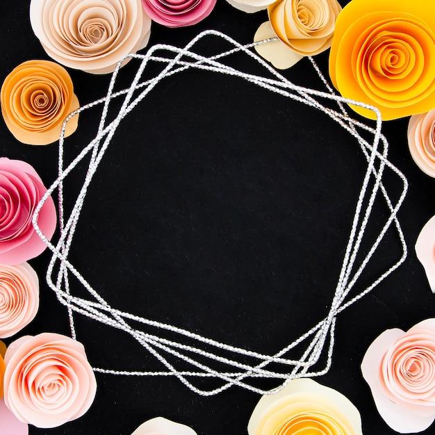 Marco floral sobre fondo negro Foto gratis