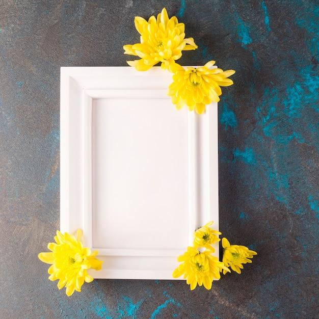 Marco de fotos con flores sobre fondo azul marino de grunge Foto gratis