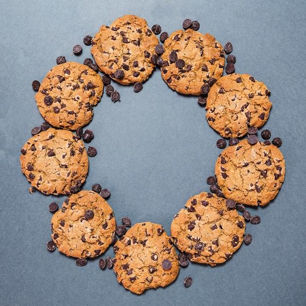 Marco de galletas de chispas de chocolate circular de endecha plana Foto gratis