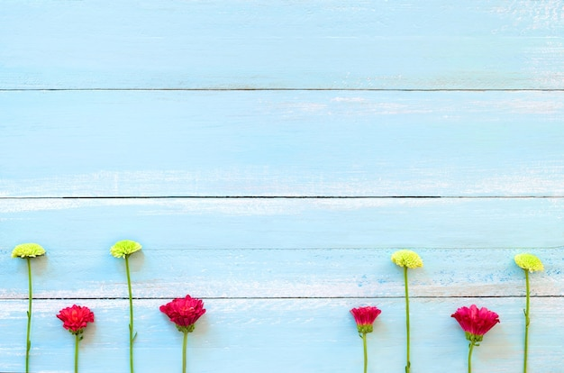 Marco hecho de flores de crisantemo rojo y verde en la parte ...
