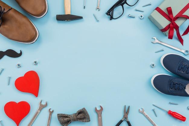 Marco de herramientas, caja de regalo y zapatos de hombre. Foto gratis