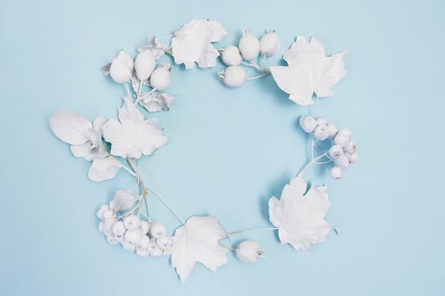 Marco con hojas blancas sobre fondo azul maqueta plana para su arte, imagen o letras a mano composición de otoño copia espacio, vista superior Foto Premium