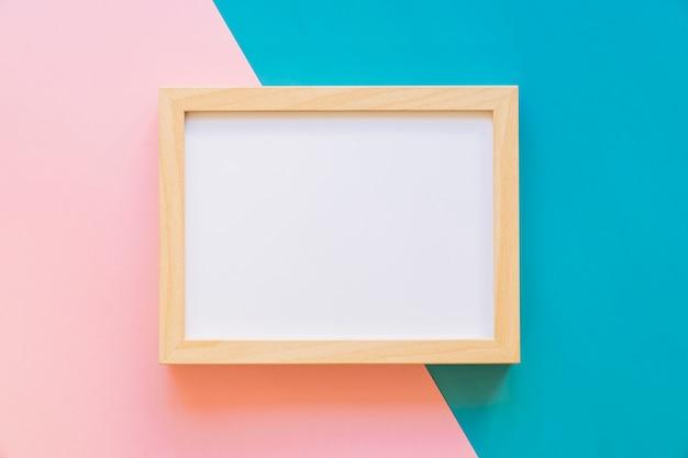 Marco horizontal sobre fondo rosa y azul Foto gratis