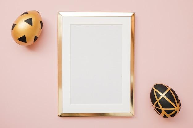 Marco con huevos de pascua de oro con espacio de copia Foto Premium