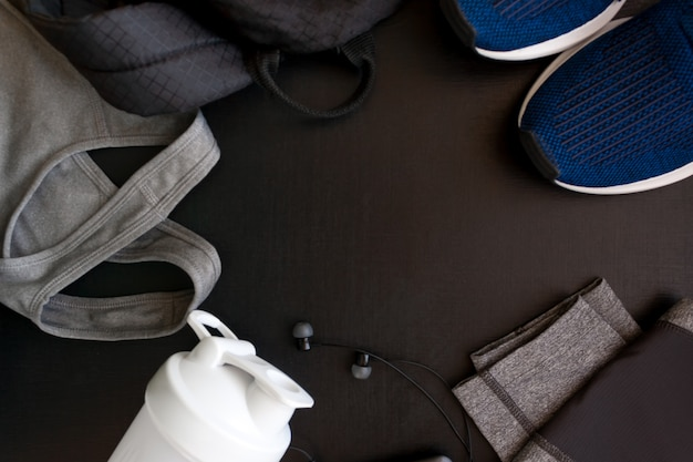 Marco con la imagen de un uniforme deportivo, zapatos, mochila, tops, titsy, agitador, auriculares Foto Premium