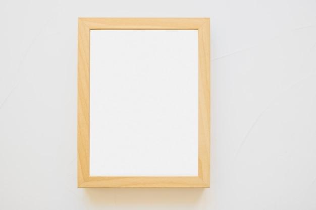 Marco de madera blanco sobre fondo blanco Foto gratis