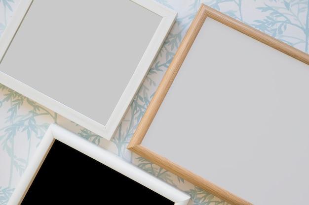 Marco de madera sobre papel pintado Foto gratis