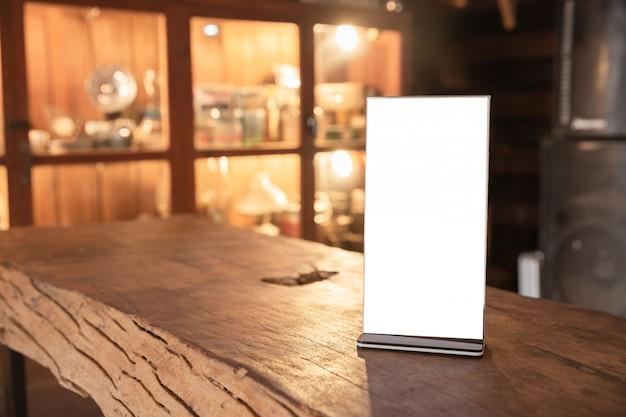 Marco del menú de pie en la mesa de madera Foto gratis