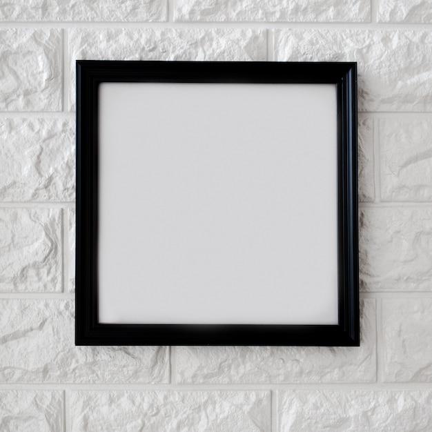 Marco negro en pared de ladrillo blanco Foto gratis