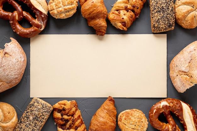 Marco de pan y cruasanes con espacio de copia Foto gratis