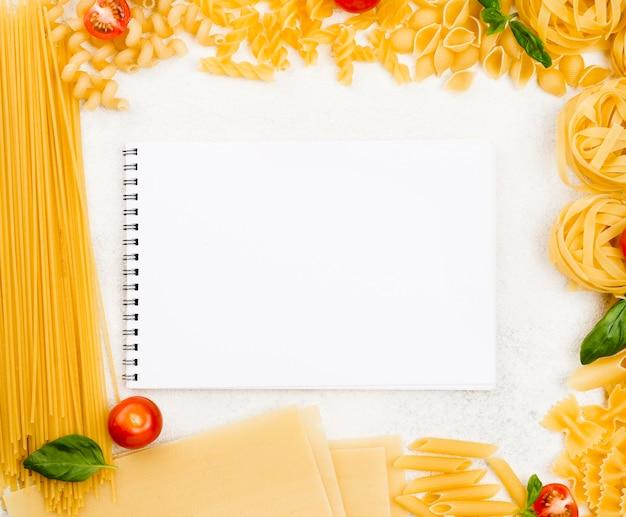 Marco de pasta italiana con notebook Foto gratis