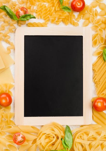 Marco de pasta italiana y pizarra Foto gratis
